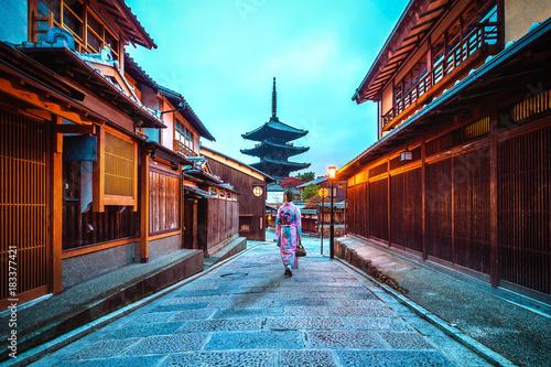 Poster Lieu connus d Asie Asian woman wearing japanese traditional kimono at Yasaka Pagoda and Sannen Zaka Street in Kyoto, Japan.
