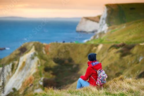 Tourist enjoying view of Man O'War Cove on the Dorset coast in southern England, Fototapet