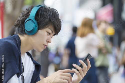 Fotografie, Obraz  スマホで音楽を聴く男性