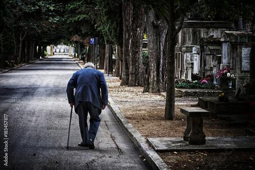 Fotografie, Obraz  personne âgé cimetière