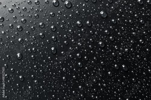 woda-opuszcza-na-czarnej-powierzchni-abstrakcjonistyczny-tlo