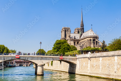Photo Notre Dame de Paris Catholic Christian Cathedral with the Seine river and  the bridge   Archbishopric on a sunny spring day