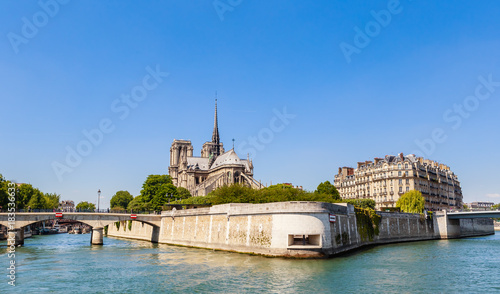 Photo Notre Dame de Paris Catholic Christian Cathedral with the Seine river and  the bridges   Archbishopric and Saint-Louis on a sunny spring day