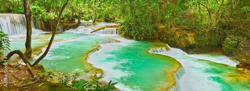 In de dag Groene koraal Tat Kuang Si Waterfalls. Beautiful panorama landscape. Laos.