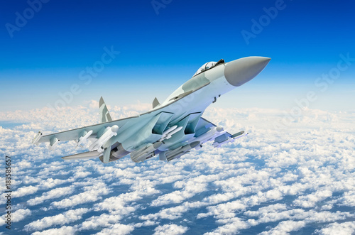 Photo Military fighter jet plane above the clouds.
