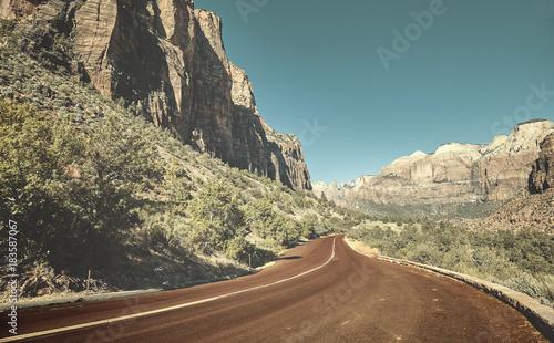 Zdjęcie XXL Sceniczna droga w Zion parku narodowym, retro kolor tonujący obrazek, usa.