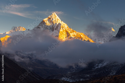 Платно  Ama Dablam (6856m) peak near the village of Dingboche in the Khumbu area of Nepal, on the hiking trail leading to the Everest base camp