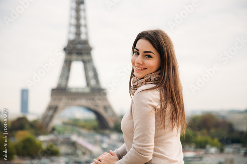 Cuadros en Lienzo Beautiful girl posing to the photographer against the background of the Eiffel Tower