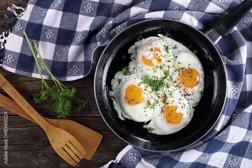 Deurstickers Gebakken Eieren fresh fried eggs sprinkled with parsley