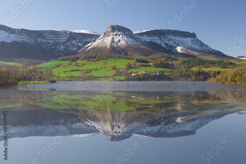 Fotografía  Reflection of the Maroño reservoir in winter