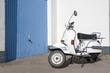 klassischer motorroller in weiss