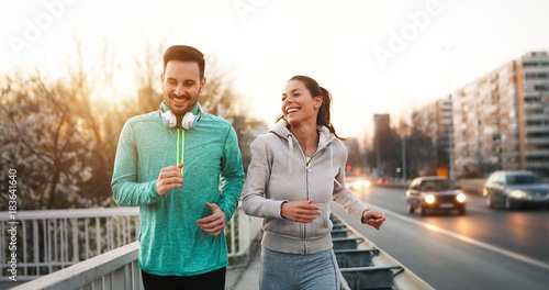 Cadres-photo bureau Jogging Couple jogging outdoors