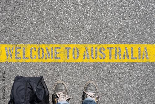 Poster Océanie Ein Mann mit einem Koffer steht an der Grenze zu Australien