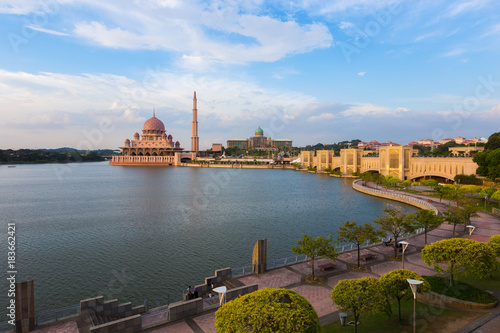 Putra Mosque at noon the famous mosque of Putrajaya, Malaysia Fototapet