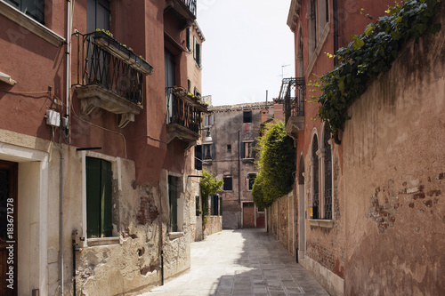 Poster Smal steegje View of a narrow street with old, historical buildings in Venice