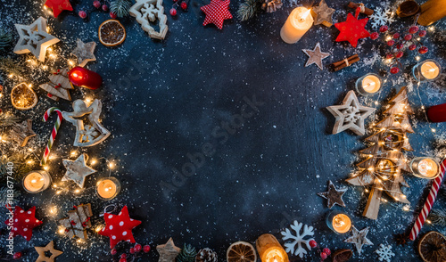 Fotografía  Christmas background with wooden decorations and candles