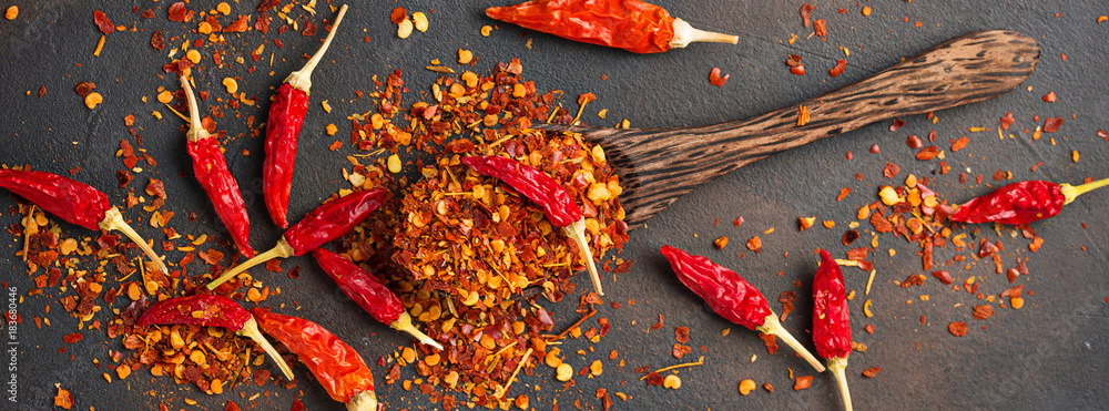 Photo  Red hot chili peppers on rusty background