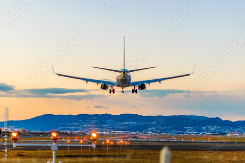 Obraz 飛行場の着陸 - fototapety do salonu