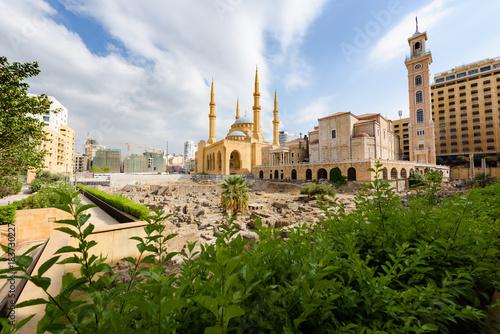 Naklejka premium Katedra św. Jerzego Maronitów i Błękitny Meczet Mohammada Al Amine w rzymskich ruinach w centrum Bejrutu w Libanie.