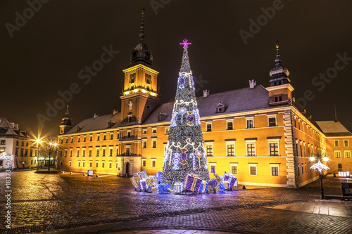 Fotografía  Warsaw, Castle Square during the Christmas holidays at night, Poland