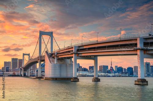 Plakat Tokio. Pejzaż miejski wizerunek Tokio, Japonia z tęcza mostem podczas zmierzchu.