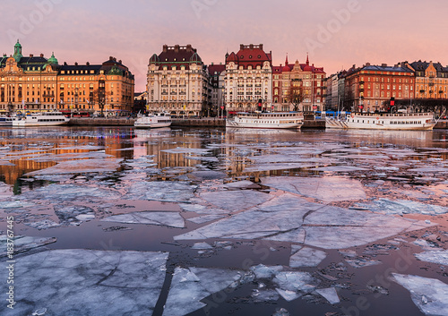 Foto  Winter image from Stockholm city with old boats and buildings.