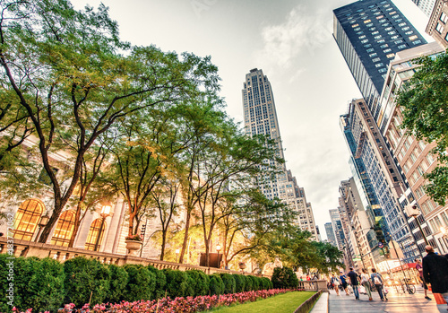 Stampa su Tela Tourists relax on 5th Avenue near Public Library on a spring evening, May 17, 2013 in NYC
