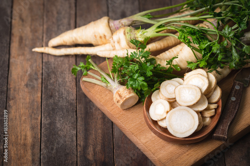 Fotomural Fresh parsley root on the wooden table