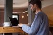 Jeune homme travaillant dans un café