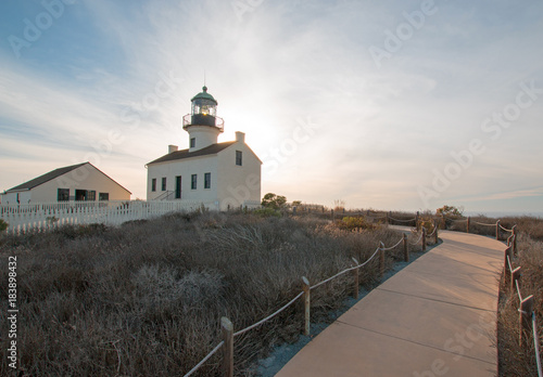 Fotografiet OLD POINT LOMA LIGHTHOUSE AT CABRILLO NATIONAL MONUMENT UNDER BLUE CIRRUS CLOUDS