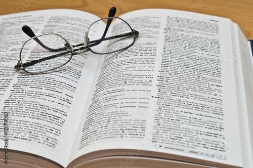 Fotografie, Obraz  Wörterbuch mit Brille