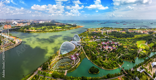 Papiers peints Singapoure Panorama view of Singapore City skyline in Singapore. Bird eyes view of The Supertree Grove, Cloud Forest & Flower Dome at Gardens by the Bay on August 29,2016 in Singapore. Spanning 101 hectares.