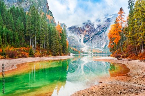 Foto  Lake Braies iconic natural landmark in Italy, South Tyrol Dolomites alpine region