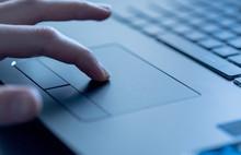 Laptop Mit Touchpad, Finger Führt Eingabe Aus