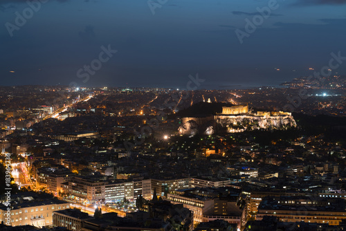 Athènes view of Athens and the Acropolis from the Mount Lycabettus at dusk