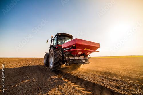 Cadres-photo bureau Motorise Farmer fertilizing arable land with nitrogen, phosphorus, potassium fertilizer