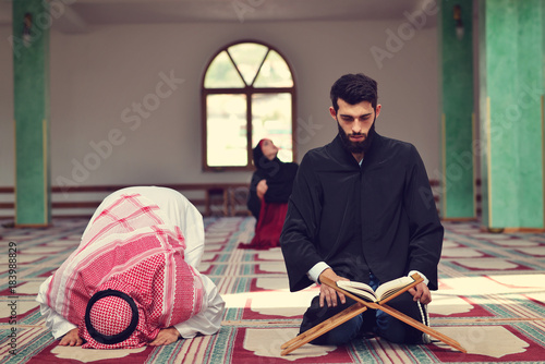 Fotografía Two religious muslim man praying together inside the mosque