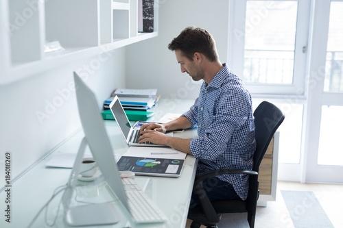 Photo  Man using laptop at desk