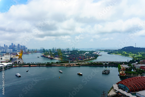 Photo  panorama landscape view of commercial port of singapore with cloudy sky