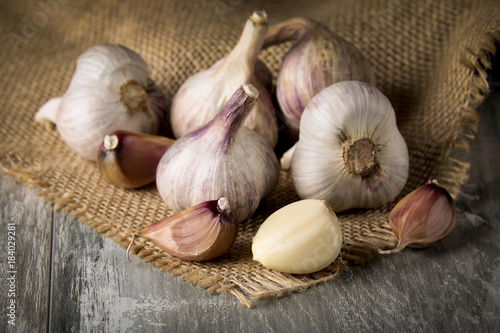 Photo Close-up garlic bulbs and garlic cloves on wooden background