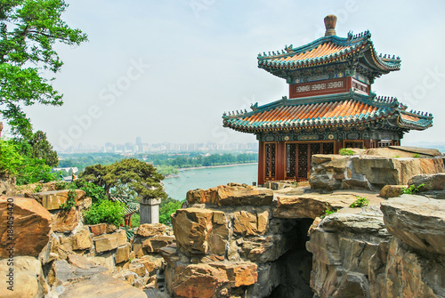Foto op Canvas Beijing Emperor's summer palace in Beijing with lake in the background
