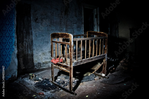 Old creepy eerie wooden baby crib in abandoned house Billede på lærred