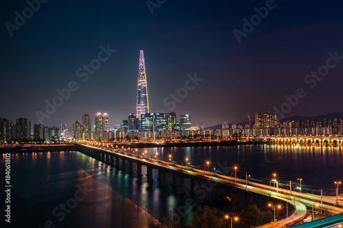 Zdjęcie XXL Piękny nocny widok na most Jamsil i rzekę Han.