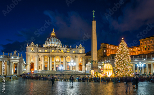 Photo Stands Rome Saint Peter Basilica in Rome at Christmas