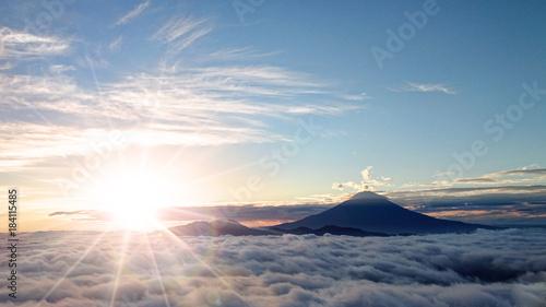 Fototapeta premium Góra Fuji, wschód słońca i morze chmur