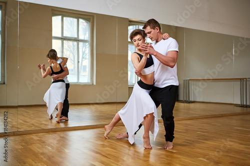 Photo  beautiful couple dancing tango