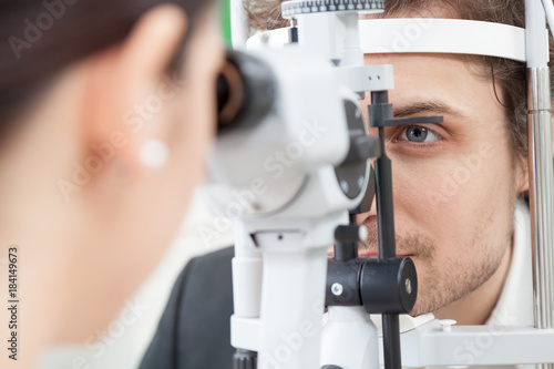 Fotografía Slit Lamp eye control with the Ophthalmologist / handsome man during a contact l