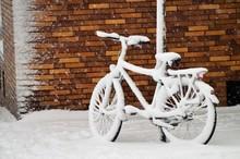 Verschneites Fahrrad An Einer ...