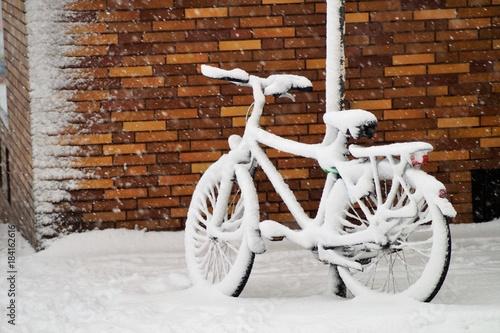 Verschneites Fahrrad an einer Ecke