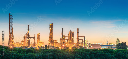 Fototapeta Landscape of Oil Refinery Plant and Manufacturing Petrochemical at Twilight Sunset Scenic View, Industry of Power Energy and Chemical Petroleum Product Factory. Building of Chemical Production Line obraz